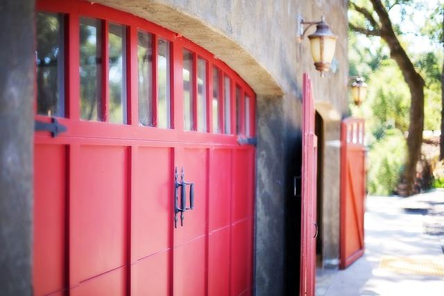 řada dřevěných garáží